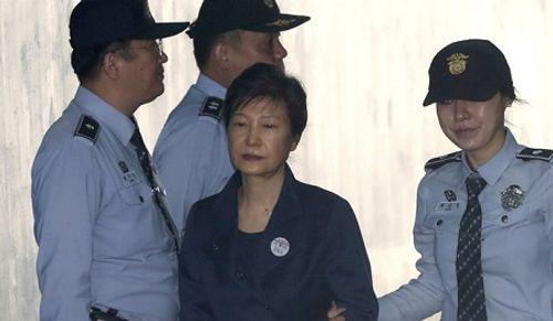 Đòi thả bà Park Geun-hye, 1.000 người Hàn Quốc tuần hành trên phố biểu tình - Ảnh 1