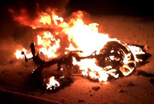 Xe Dylan bốc cháy, nam thanh niên vứt xe, chạy thoát thân - Ảnh 1