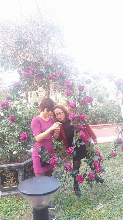 Lễ hội hoa hồng Bulgaria: Nhiều gia đình đến chỉ để chụp ảnh lưu niệm - Ảnh 6