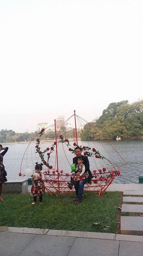 Lễ hội hoa hồng Bulgaria: Nhiều gia đình đến chỉ để chụp ảnh lưu niệm - Ảnh 8