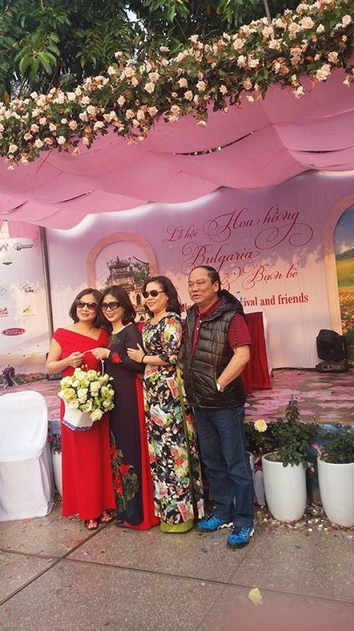 Lễ hội hoa hồng Bulgaria: Nhiều gia đình đến chỉ để chụp ảnh lưu niệm - Ảnh 5
