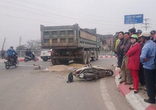 Hà Nội: Xe máy đâm xe tải, 2 người thiệt mạng - Ảnh 1