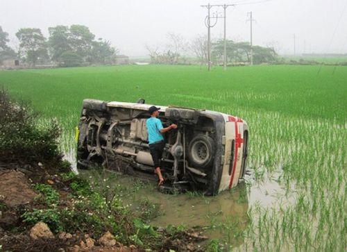 Xe cứu thương mất lái, lật nhào xuống ruộng - Ảnh 1