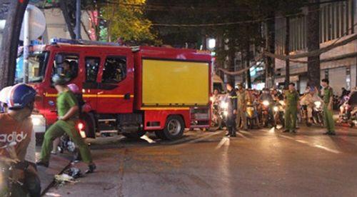Cháy gara ô tô trong đêm, người dân bỏ chạy tán loạn - Ảnh 1