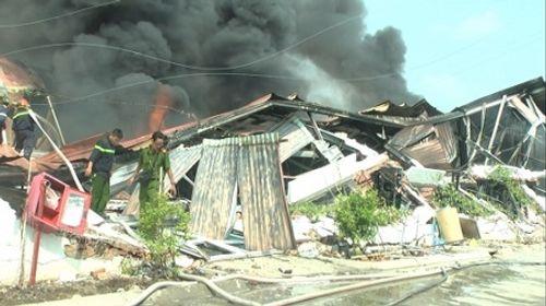 Xưởng chứa sơn nước ở Bình Dương cháy ngùn ngụt sau tiếng nổ lớn - Ảnh 1