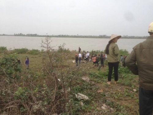 Phát hiện thi thể phụ nữ đang phân hủy nổi trên sông ở Nam Định - Ảnh 1