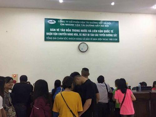 """Hành khách kêu """"bị lừa"""" khi xếp hàng mua vé tàu 10.000 đồng - Ảnh 1"""