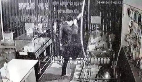 Trích xuất camera, truy bắt kẻ trộm đu dây vào cửa hàng điện thoại - Ảnh 1