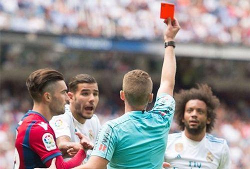 Chỉ sau 3 trận đấu, Real nhận thẻ đỏ bằng Barca chơi hai mùa - Ảnh 1