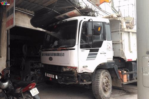 Xe tải nổ lốp kéo lê xe 4 chỗ rồi tông vào nhà dân - Ảnh 1