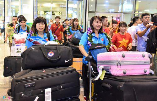 Hàng trăm người chào đón đội tuyển bóng đá nữ Việt Nam về nước - Ảnh 2