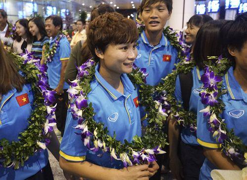 Hàng trăm người chào đón đội tuyển bóng đá nữ Việt Nam về nước - Ảnh 4