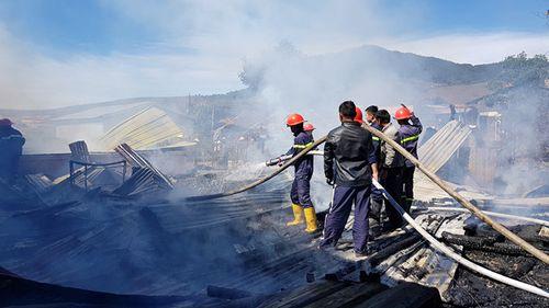 Hỏa hoạn thiêu rụi 4 căn nhà trong một gia đình - Ảnh 1