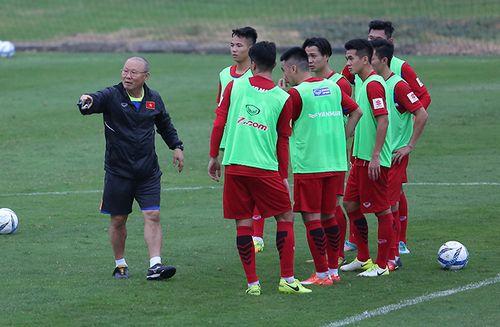 Thầy trò HLV Park Hang-seo lên đường sang Trung Quốc tham dự VCK U23 châu Á - Ảnh 1