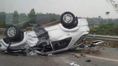 Xe Fortuner lật trên đường cao tốc, 2 người bị gãy tay - Ảnh 1
