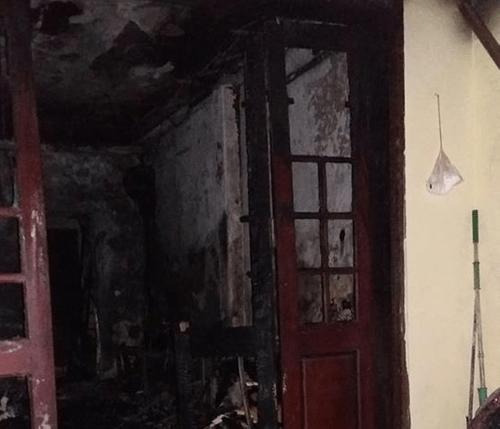 Hà Nội: Cháy nhà dữ dội, 4 mẹ con leo sân thượng kêu cứu - Ảnh 1