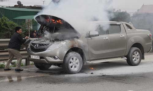 Xe Mazda BT-50 bốc cháy ngùn ngụt trên quốc lộ 1A - Ảnh 1