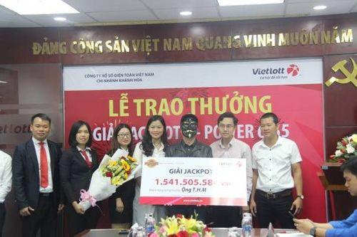 Khách hàng đeo mặt nạ nhận giải jackpot trị giá 1,5 tỷ đồng - Ảnh 1