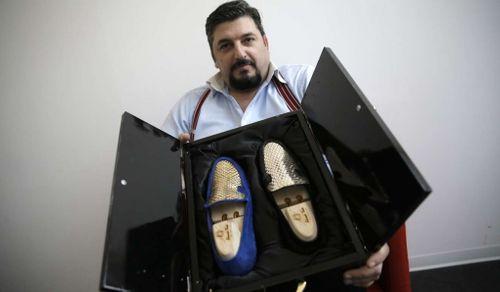 Thợ giày người Ý dùng vàng 24k để làm giày cho giới siêu giàu - Ảnh 1