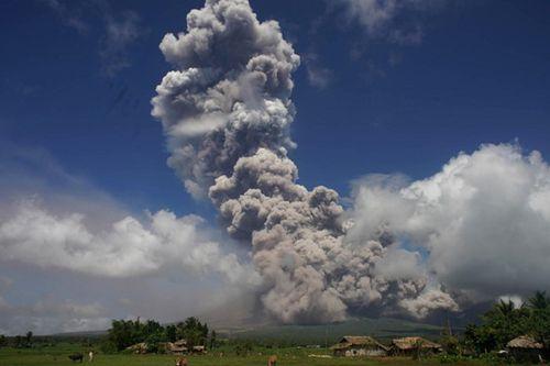Núi lửa ở Philippines nổ như sấm - Ảnh 1