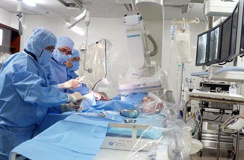 Côn đồ xông vào phòng cấp cứu, đánh nữ bác sĩ rách màng nhĩ  - Ảnh 1