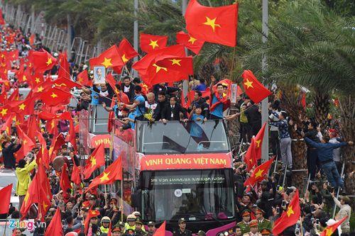 Xe buýt mui trần chở đội U23 Việt Nam diễu hành giữa biển người - Ảnh 1