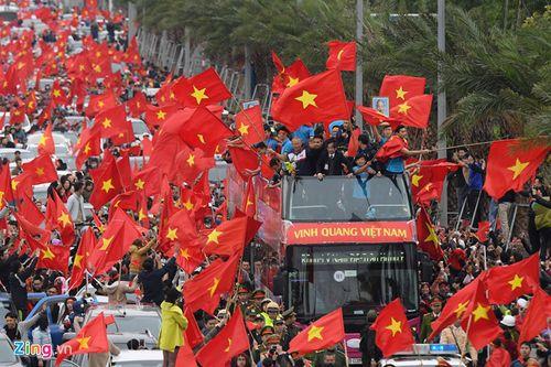 Xe buýt mui trần chở đội U23 Việt Nam diễu hành giữa biển người - Ảnh 2