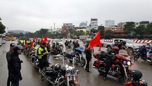 Đông đảo cổ động viên tập trung chờ đón tuyển U23 Việt Nam ở sân bay Nội Bài - Ảnh 1