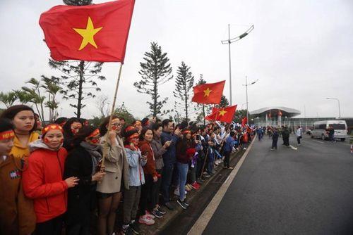 Đông đảo cổ động viên tập trung chờ đón tuyển U23 Việt Nam ở sân bay Nội Bài - Ảnh 2