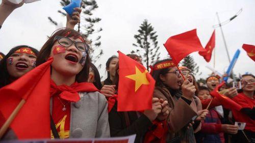 Đông đảo cổ động viên tập trung chờ đón tuyển U23 Việt Nam ở sân bay Nội Bài - Ảnh 3