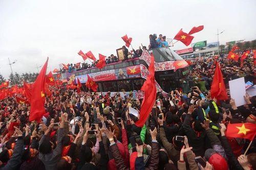 Xe buýt mui trần chở đội U23 Việt Nam diễu hành giữa biển người - Ảnh 4