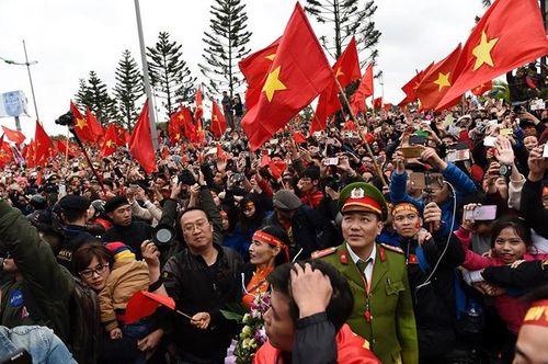 Xe buýt mui trần chở đội U23 Việt Nam diễu hành giữa biển người - Ảnh 5