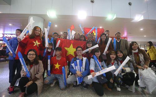 Đông đảo cổ động viên tập trung chờ đón tuyển U23 Việt Nam ở sân bay Nội Bài - Ảnh 6