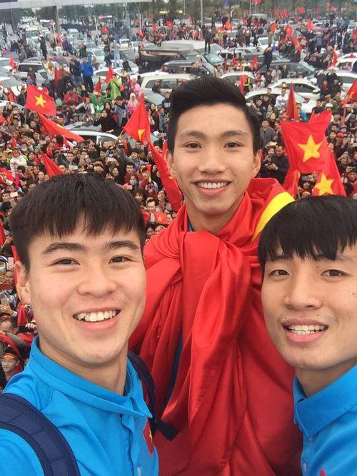 Xe buýt mui trần chở đội U23 Việt Nam diễu hành giữa biển người - Ảnh 6