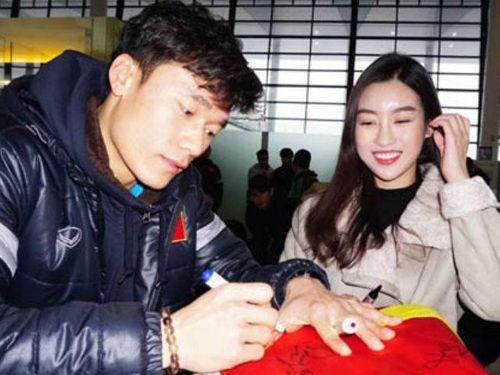 Hoa hậu Đỗ Mỹ Linh xin chữ ký thủ môn Bùi Tiến Dũng trước khi về nước - Ảnh 1