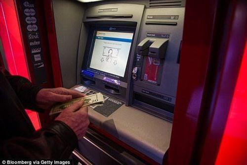 Hacker khiến ATM tự động nhả tiền ào ạt - Ảnh 1