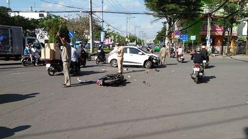 Vượt đèn đỏ rồi tông trúng ô tô, nam thanh niên tử vong giữa giao lộ  - Ảnh 1