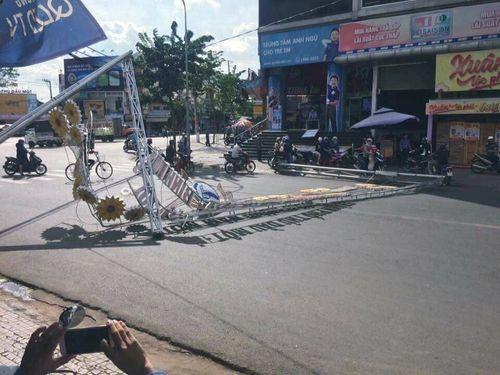 Khung đèn trang trí nặng hàng tấn đổ sập xuống đường - Ảnh 1