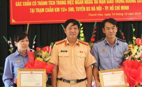 Khen thưởng hai nhân viên đường sắt dừng đoàn tàu khẩn cấp, tránh tai nạn - Ảnh 1