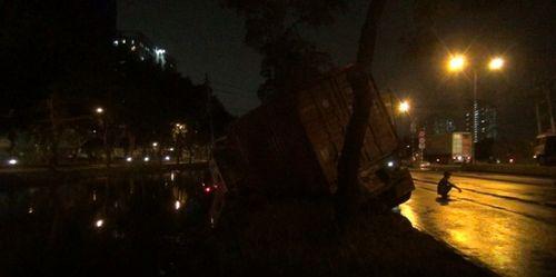 TP.HCM: Triều cường dâng cao, hai xe container mất lái, lao xuống mương nước - Ảnh 1