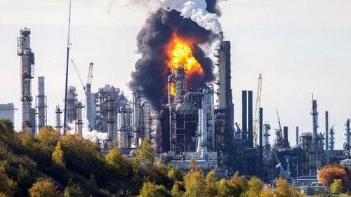 Canada:Cháy lớn tại nhà máy lọc dầu, cột khói cao ngút trời - Ảnh 1