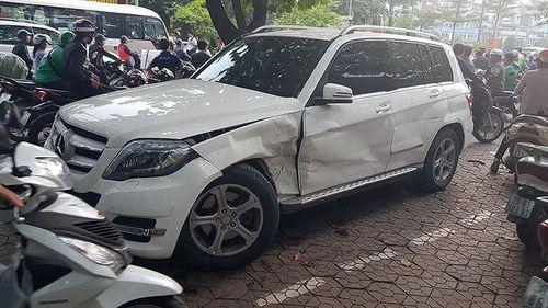 Hà Nội: Xế hộp Audi Q5 bất ngờ đâm liên hoàn 3 xe trên phố, tài xế trốn khỏi hiện trường - Ảnh 1