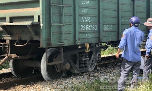 Quảng Ngãi: Đang lưu thông, tàu hỏa bất ngờ trật bánh khỏi đường ray - Ảnh 1