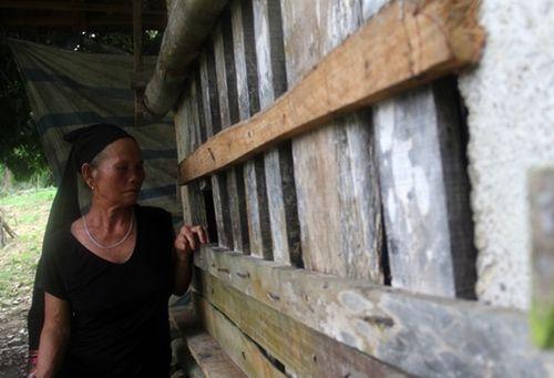 Nghệ An: Suốt gần 15 năm đằng đẵng, mẹ già thắt ruột nhốt con trai trong cũi chưa đầy 2m2 - Ảnh 1