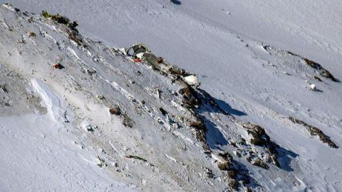 Đau lòng máy bay rơi, thi thể nằm la liệt trên tuyết - Ảnh 1