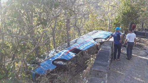 Xe khách 52 chỗ chở người đi lễ chùa gặp nạn, lao xuống vực - Ảnh 1