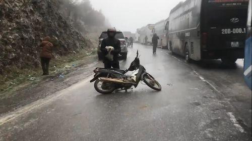 Sapa:  Nhiệt độ xuống mức âm, xe máy ngã nhào vì đường đóng băng - Ảnh 1