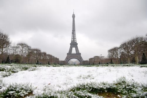 Pháp buộc phải đóng cửa tháp Eiffel vì tuyết rơi quá dày - Ảnh 1