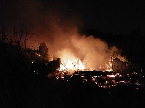 Xưởng gỗ bốc cháy ngùn ngụt, lan sang xưởng sửa chữa ô tô - Ảnh 1