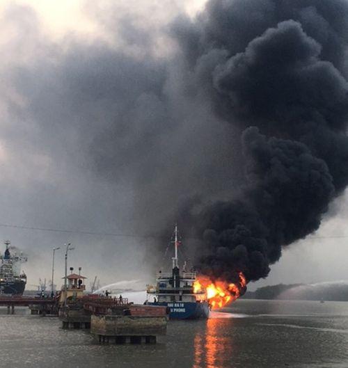 Hải Phòng: Tàu chở dầu bốc cháy dữ dội tại Cảng Đình Vũ - Ảnh 1